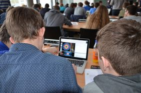 What can we learn from ATLAS particle tracks? Students participating in the Masterclasses at MPP. (Photo: B. Wankerl/MPP)