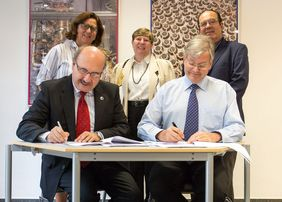 Rafael Rebolo (left), Director of the IAC, and Ulrich Straumann (right), Managing Director of the CTAO gGmbH, sign the hosting agreement for CTA's site in the northern hemisphere. Back row from left: Inmaculada Figuero (MINECO), Beatrix Vierkorn-Rudolf (V